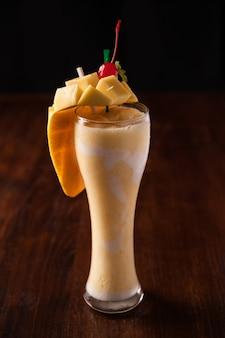Mango smoothie op houten tafel