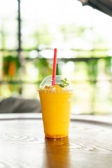 Mango smoothies glas in café