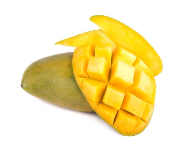 Mangofruit, kubussen en mangoplakken, op een witte ruimte worden geïsoleerd die
