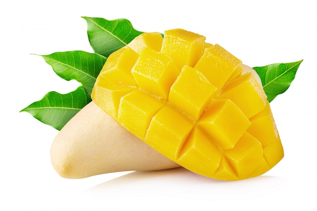 Mangofruit met geïsoleerde mangokubussen en plakken
