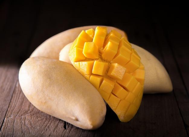 Mangofruit op de houten lijst.