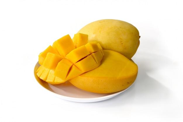 Mangofruit op witte achtergrond wordt geïsoleerd die