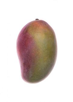 Mangofruit over wit wordt geïsoleerd dat
