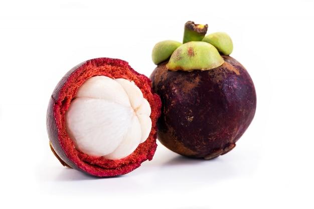 Mangostan en dwarsdoorsnede met de dikke paarse huid en wit