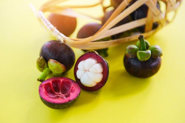 Mangostan gepeld de zomerfruit op gele achtergrond. verse mangostan uit tuin thailand, gezonde koningin van fruit