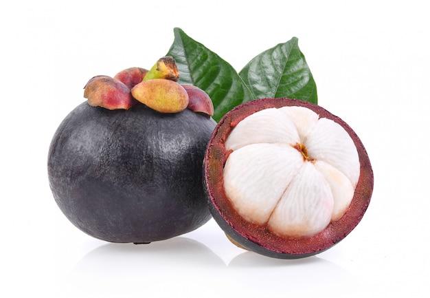 Mangostan zoet fruit dat op witte oppervlakte wordt geïsoleerd