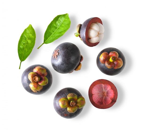Mangostan zoet fruit dat op witte ruimte wordt geïsoleerd. bovenaanzicht