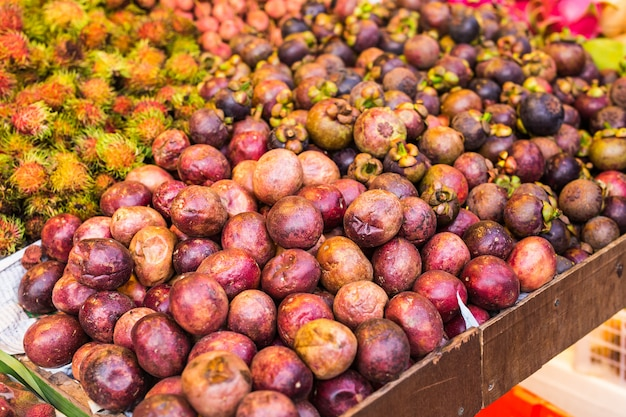 Mangosteen en exotisch fruit op de markt