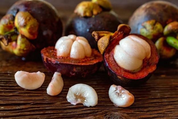 Mangosteenvrucht op houten tafel close-up