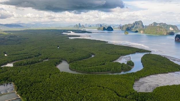 Mangrovebos en kalksteen bij samed nangchee-gezichtspunt en oriëntatiepuntprovincie phang nga thailand