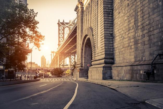 Manhattan bridge bij zonsondergang, new york