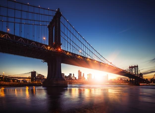 Manhattan bridge bij zonsondergang