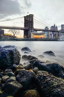 Manhattan bridge en nyc skyline 's nachts