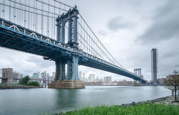 Manhattan bridge gezien vanaf brooklyn bewolkte dag