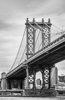 Manhattan bridge in de stad van new york