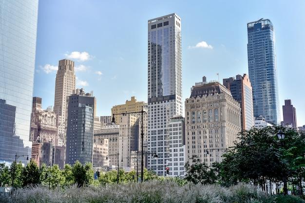 Manhattan financiële district gebouwen op een zonnige dag. architectuur en zakelijke concepten. manhattan, new york city, verenigde staten.