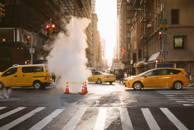 Manhattan ochtend zonsopgang uitzicht met gele taxi's passeren in new york, verenigde staten