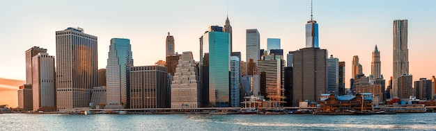Manhattan. 's avonds new york city skyline panorama