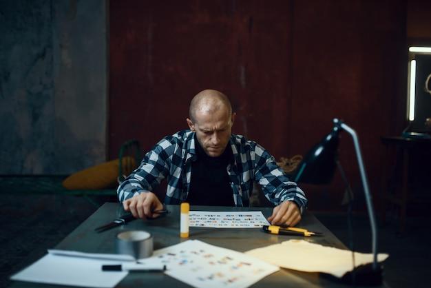 Maniak-ontvoerder knipt letters uit om tekst samen te stellen