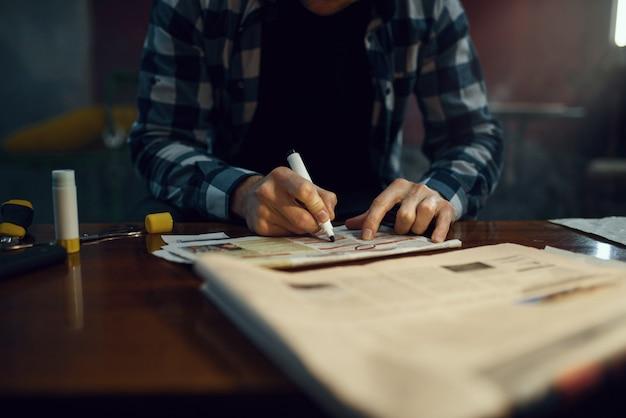 Maniak-ontvoerder selecteert een slachtoffer uit een advertentie in de krant. ontvoering is een ernstige misdaad, mannelijke psychopaat, ontvoeringsgruwel