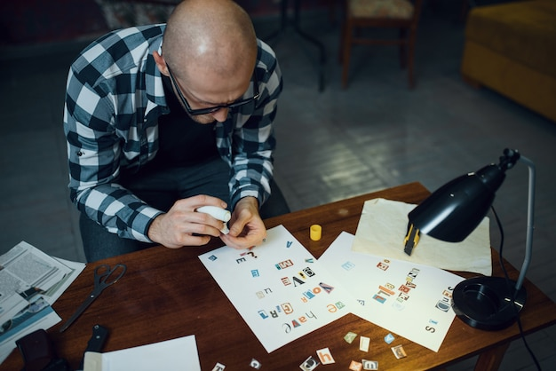 Maniak-ontvoerder snijdt letters uit om tekst samen te stellen