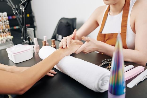 Manicure die vochtinbrengende lotion toepast