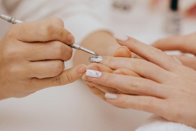 Manicure doet manicure