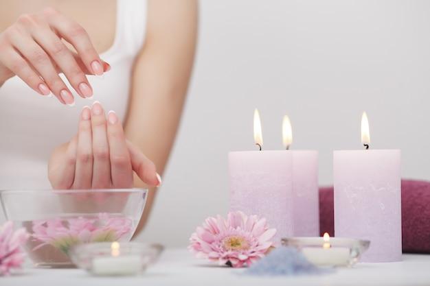 Manicure en hands spa, mooie vrouw handen close-up