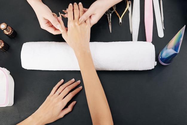 Manicure hand masseren