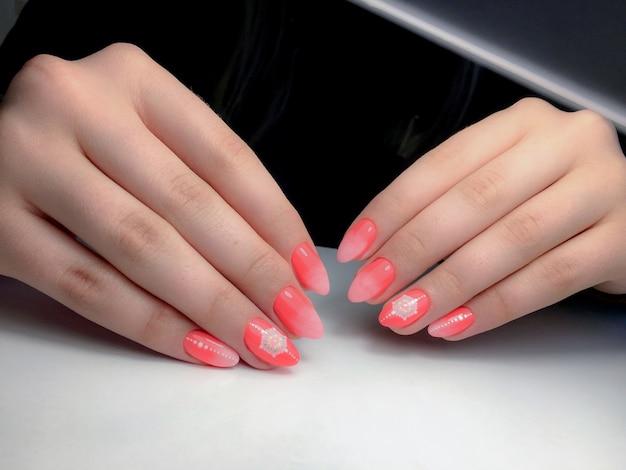 Manicure in een schoonheidssalon
