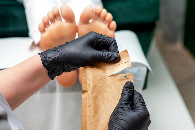 Manicure master opening ambachtelijke tas.