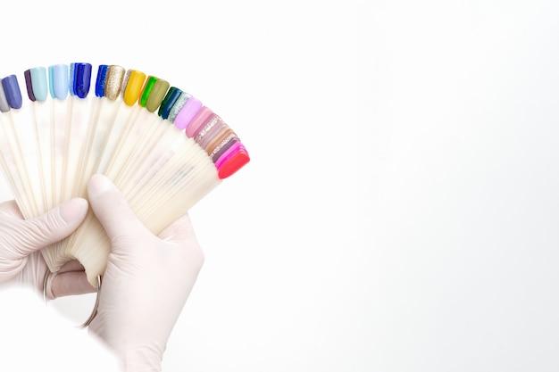 Manicure met nagel kleurstalen.