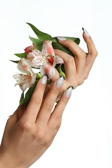Manicure nagels met bloem