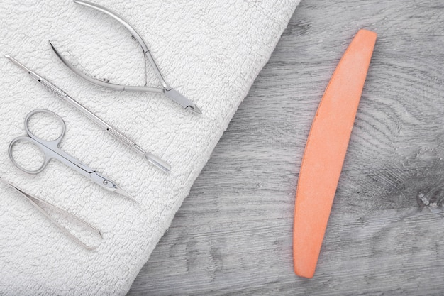 Manicure- of pedicureset met een witte handdoek