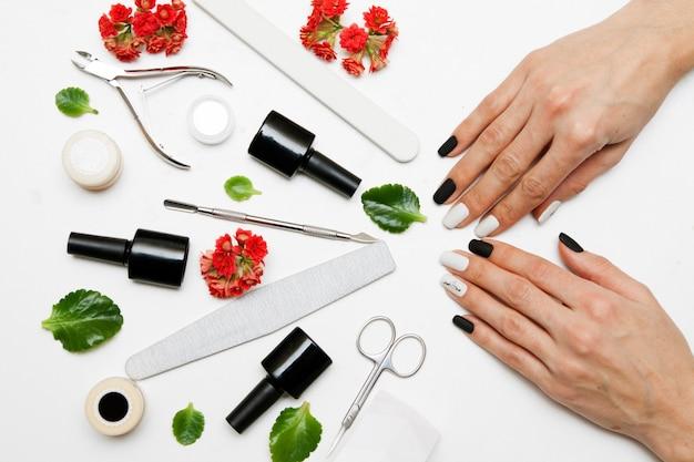 Manicure op de handen van een vrouw