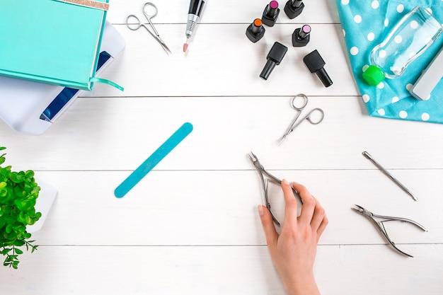Manicure set en nagellak op houten achtergrond. bovenaanzicht. ruimte kopiëren. stilleven. nagelverzorging.