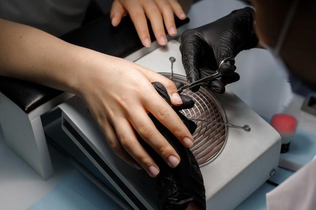 Manicure van handen in de schoonheidssalon bij de meester