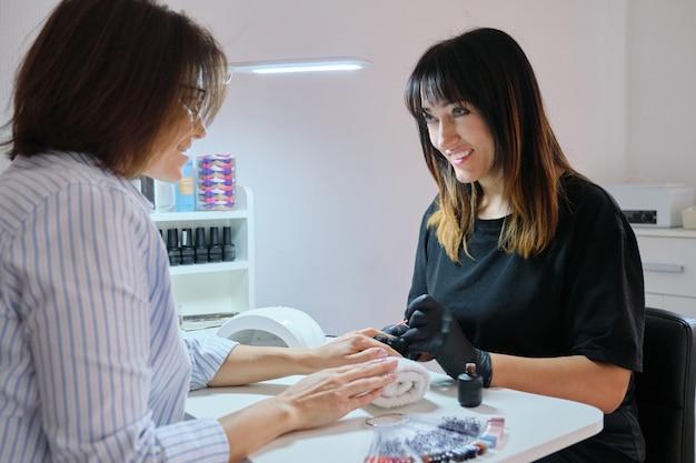 Manicure vernissen gelnagels. professionele hand- en nagelverzorging in schoonheidssalon