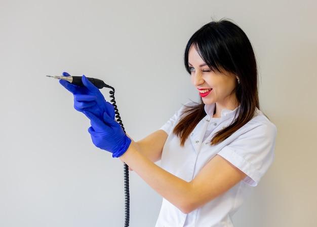 Manicuremeester demonstreert een machine om de nagels schoon te maken