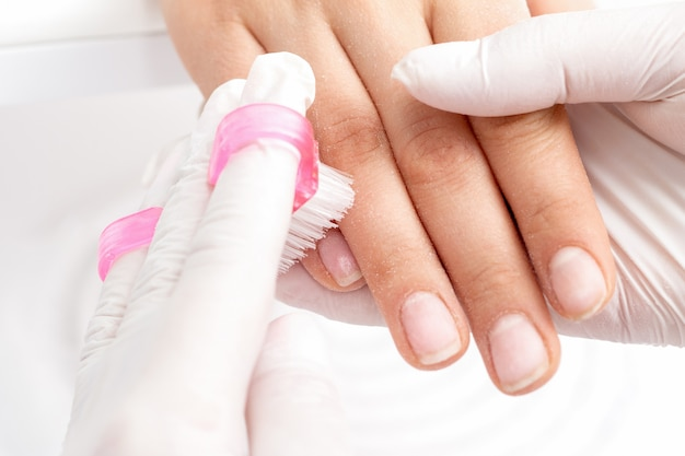 Manicuremeester verwijdert stof