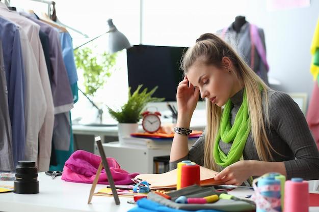 Manier die kleren creëren die kledingconcept naaien