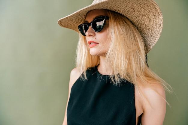 Manier jong blonde model in het zwarte ondergoed stellen