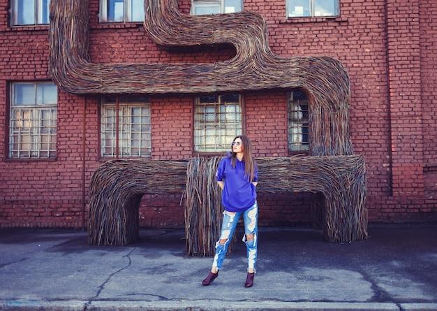 Manier jonge vrouw die een blauwe hoodie draagt
