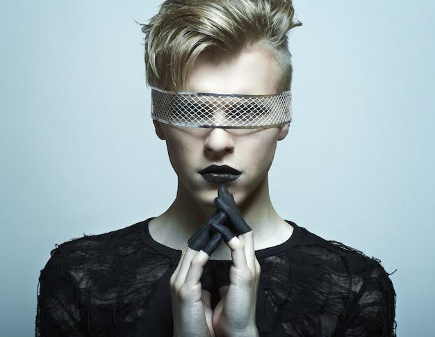 Manier mannelijk model met schoonheids heldere samenstelling