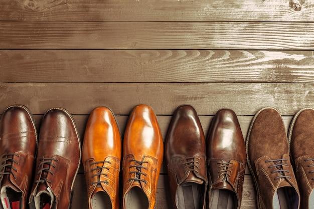 Manierconcept met mannelijke schoenen op houten achtergrond