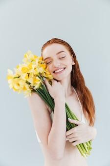 Manierportret van een glimlachende gelukkige roodharige vrouw