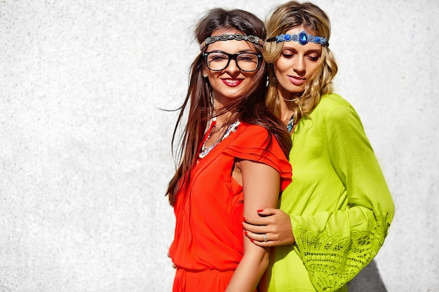 Manierportret van twee jonge modellen van hippievrouwen in de zomer zonnige dag in heldere kleurrijke hipsterkleren