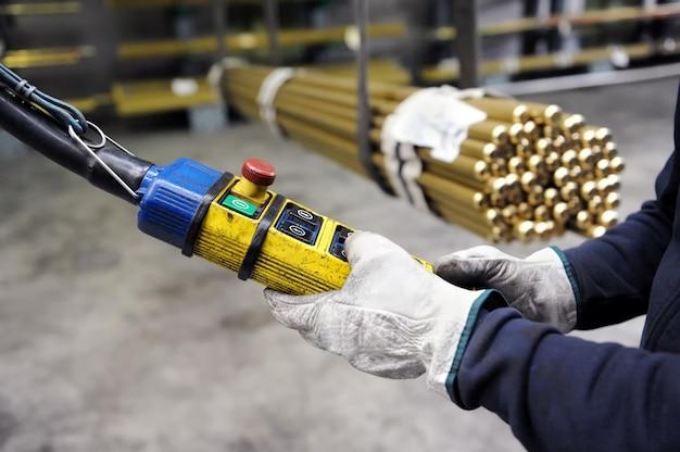 Manipulerende kraan om metalen buizen op te tillen