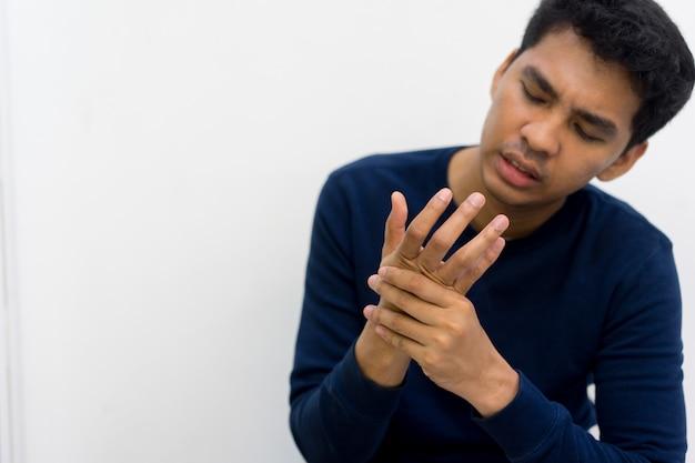 Manmassage op zijn hand en arm voor pijnverlichting van hard werken