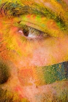 Mannelijk gezicht in regenboogpoeder